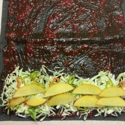 Фото рецепта - Рулет из черного лаваша с жареной свининой, капустой, персиком и острым перцем - шаг 4
