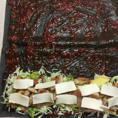 Фото рецепта - Рулет из черного лаваша с жареной свининой, капустой, персиком и острым перцем - шаг 5