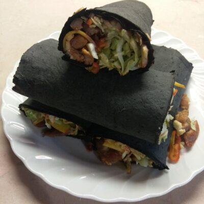 Рулет из черного лаваша с жареной свининой, капустой, персиком и острым перцем - рецепт с фото