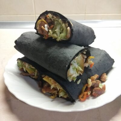 Фото рецепта - Рулет из черного лаваша с жареной свининой, капустой, персиком и острым перцем - шаг 7