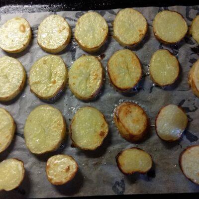 Фото рецепта - Яичная запеканка с картофелем, сардельками и помидорами - шаг 1