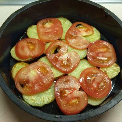 Фото рецепта - Яичная запеканка с картофелем, сардельками и помидорами - шаг 3