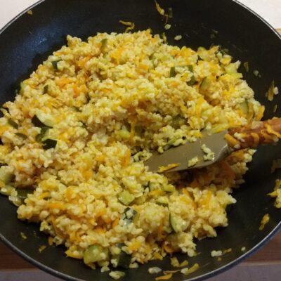 Фото рецепта - Булгур с цуккини, луком и морковью - шаг 5
