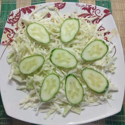 Фото рецепта - Салат с капустой, огурцами, запеченной курицей и виноградом - шаг 2