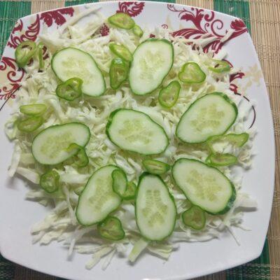 Фото рецепта - Салат с капустой, огурцами, запеченной курицей и виноградом - шаг 3