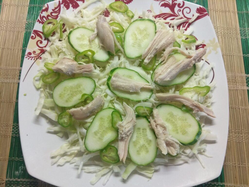 Фото рецепта - Салат с капустой, огурцами, запеченной курицей и виноградом - шаг 4