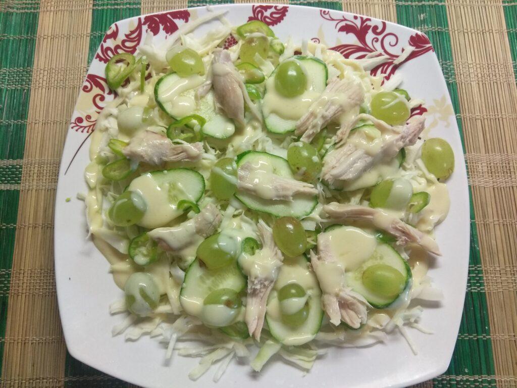 Фото рецепта - Салат с капустой, огурцами, запеченной курицей и виноградом - шаг 7