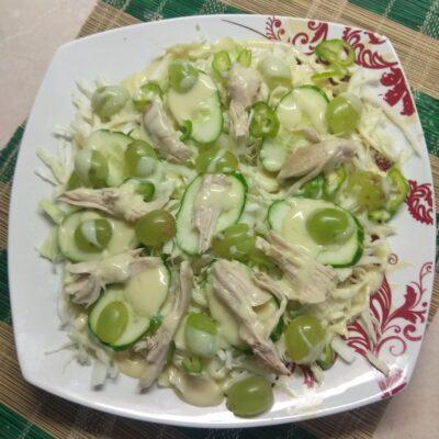 Салат с капустой, огурцами, запеченной курицей и виноградом - рецепт с фото