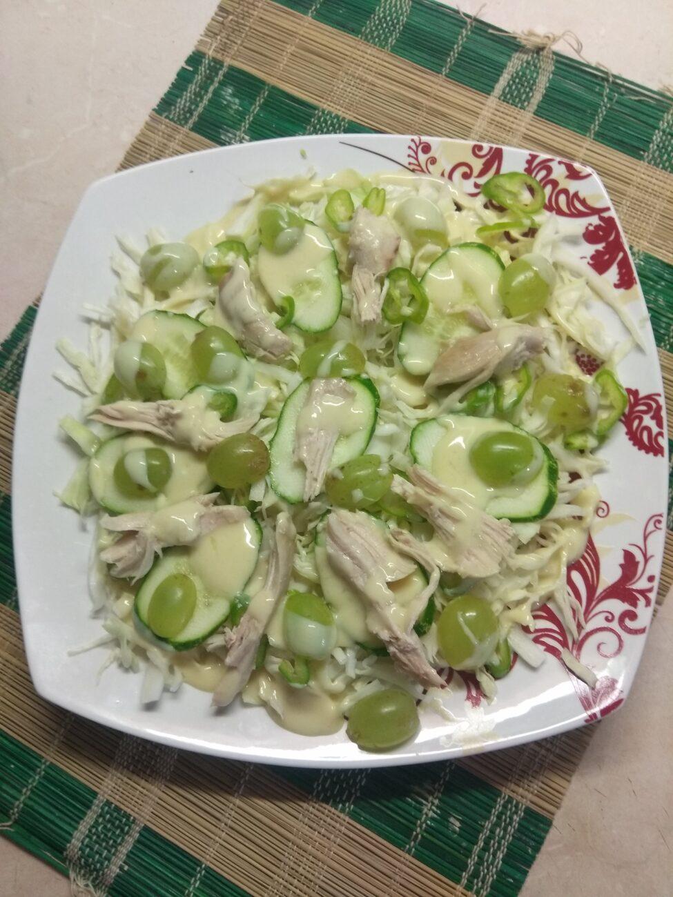 Салат с капустой, огурцами, запеченной курицей и виноградом