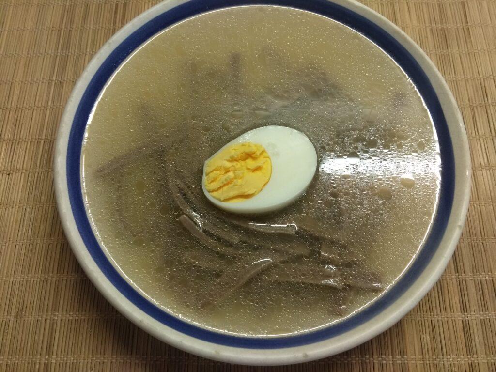 Фото рецепта - Суп на рыбном бульоне с лапшой из льняной муки и яйцом - шаг 5