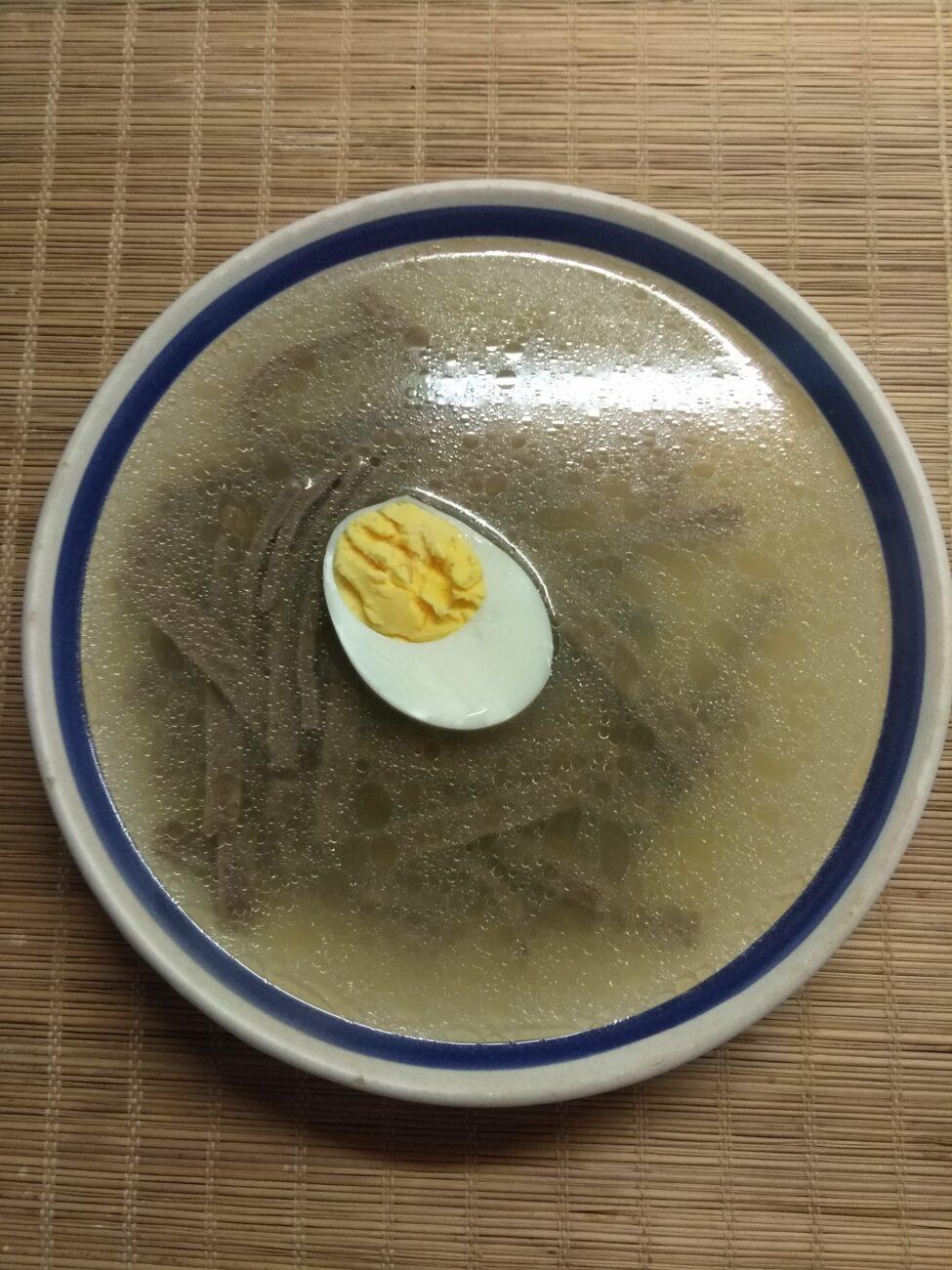 Суп на рыбном бульоне с лапшой из льняной муки и яйцом