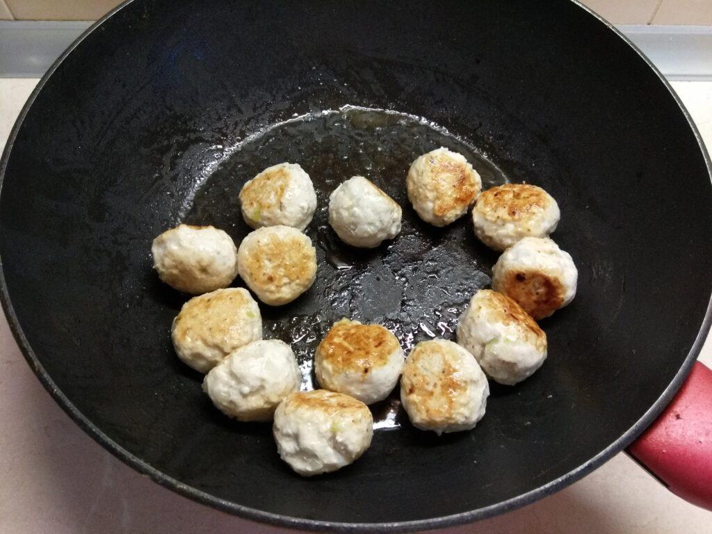 Фото рецепта - Куриные митболы в томатном соусе - шаг 4