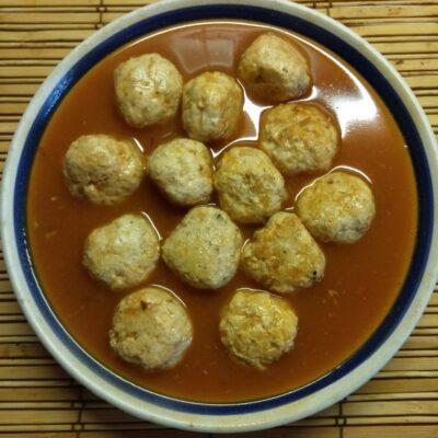 Куриные митболы в томатном соусе - рецепт с фото