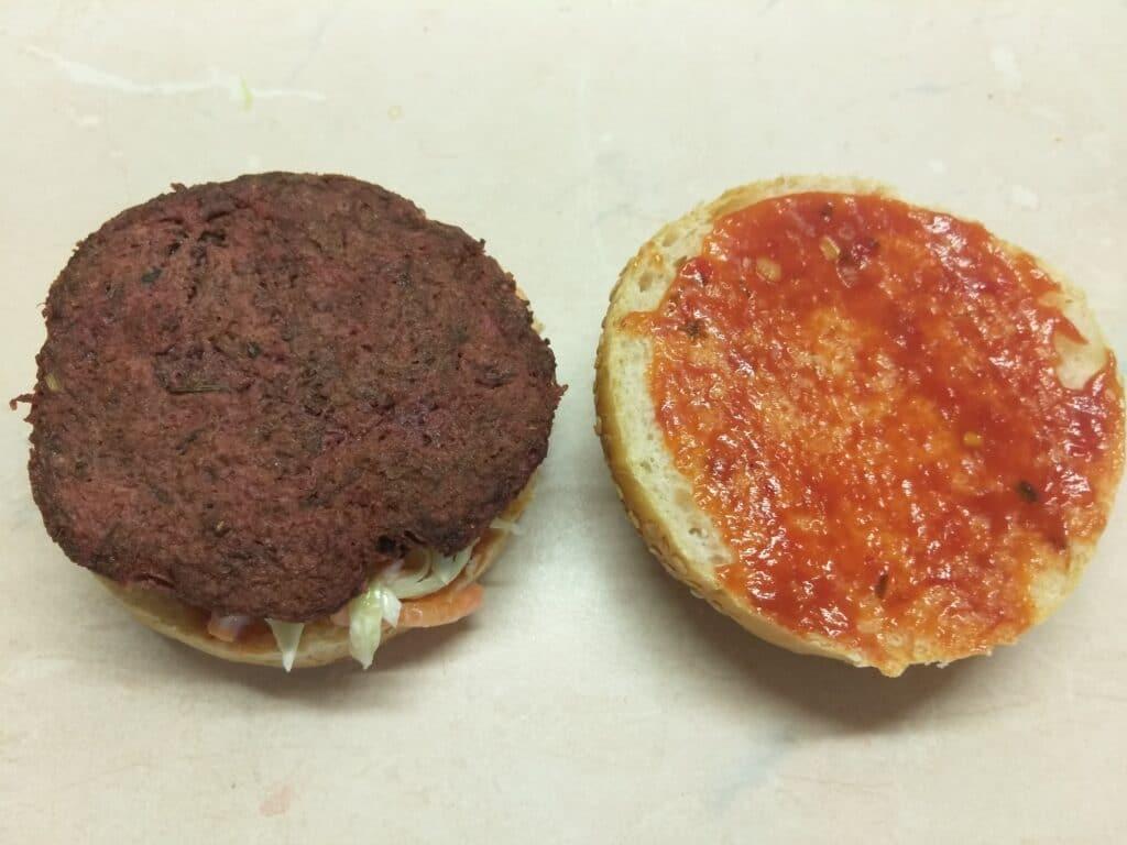 Фото рецепта - Сочный постный бургер со свекольной котлетой - шаг 3