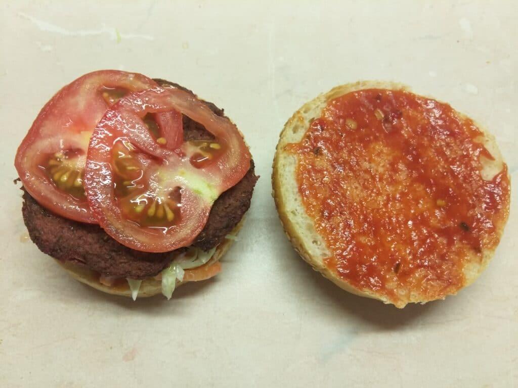 Фото рецепта - Сочный постный бургер со свекольной котлетой - шаг 4