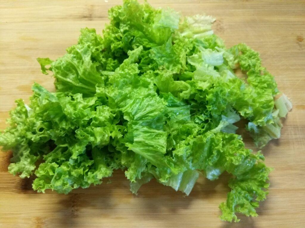 Фото рецепта - Салат с бужениной, малиной и огурцами - шаг 1