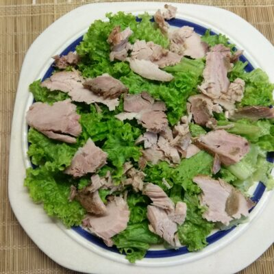 Фото рецепта - Салат с бужениной, малиной и огурцами - шаг 2