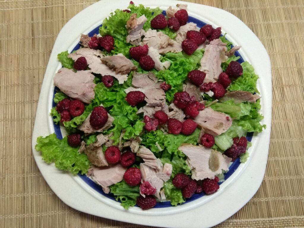 Фото рецепта - Салат с бужениной, малиной и огурцами - шаг 3