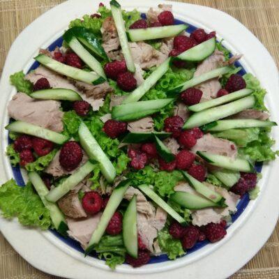 Фото рецепта - Салат с бужениной, малиной и огурцами - шаг 4