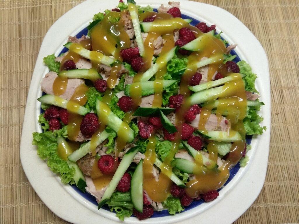 Фото рецепта - Салат с бужениной, малиной и огурцами - шаг 5
