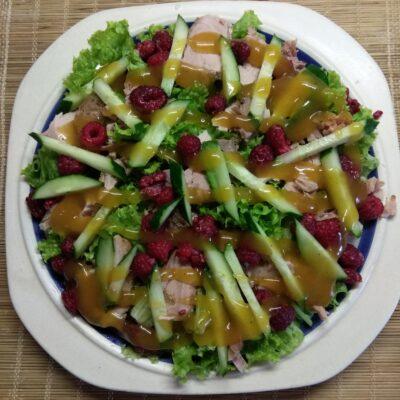 Салат с бужениной, малиной и огурцами - рецепт с фото
