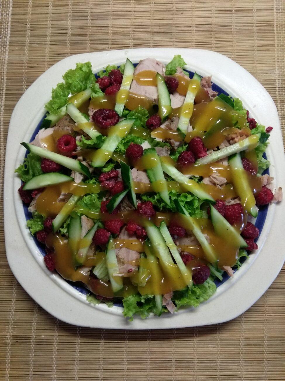 Салат с бужениной, малиной и огурцами