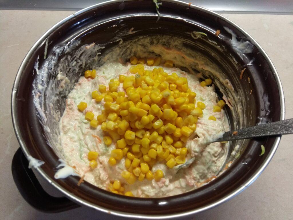 Фото рецепта - Творожный кекс с кабачком, морковью и консервированной кукурузой - шаг 4