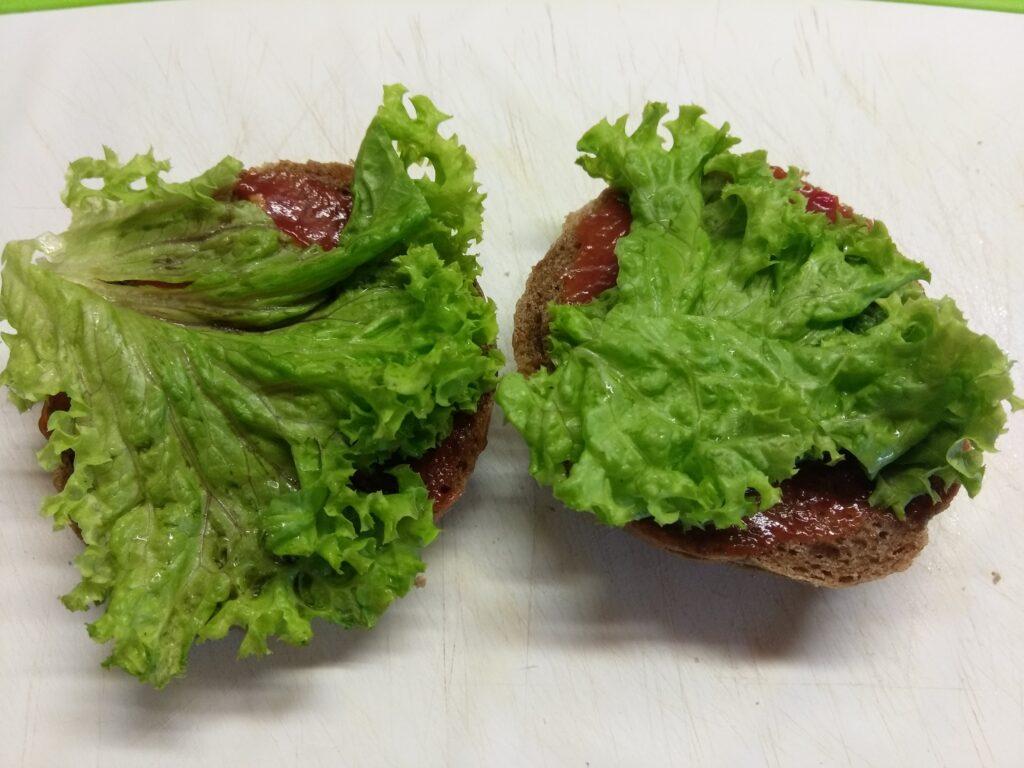 Фото рецепта - Бутерброды с бужениной, салатом и свежими овощами - шаг 2