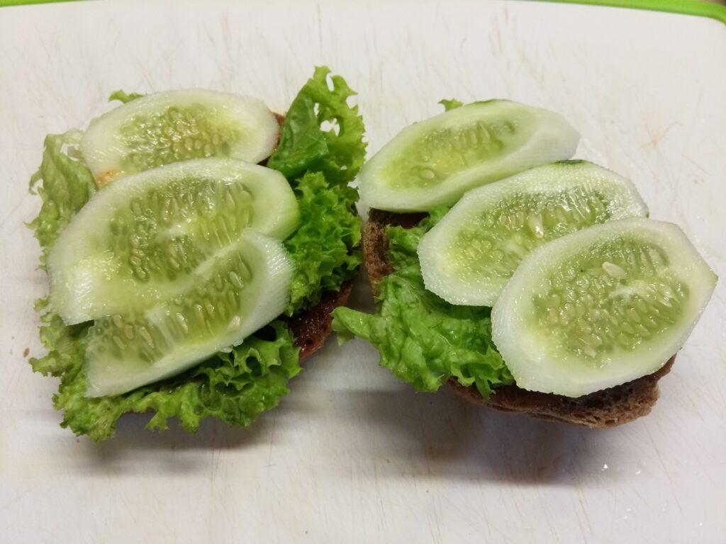 Фото рецепта - Бутерброды с бужениной, салатом и свежими овощами - шаг 3