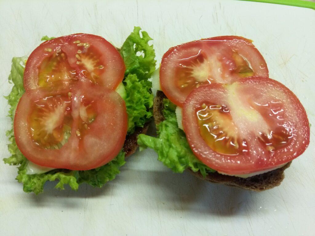 Фото рецепта - Бутерброды с бужениной, салатом и свежими овощами - шаг 4