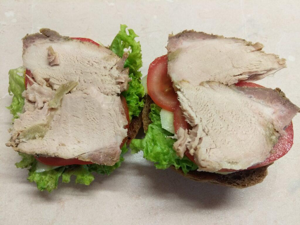 Фото рецепта - Бутерброды с бужениной, салатом и свежими овощами - шаг 5