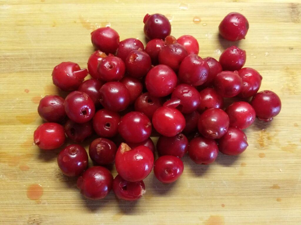 Фото рецепта - Манный пудинг с вишнями на вишневом соке - шаг 1