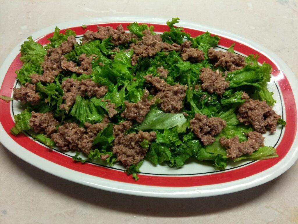 Фото рецепта - Салат с консервированным тунцом, помидорами и кукурузой - шаг 2