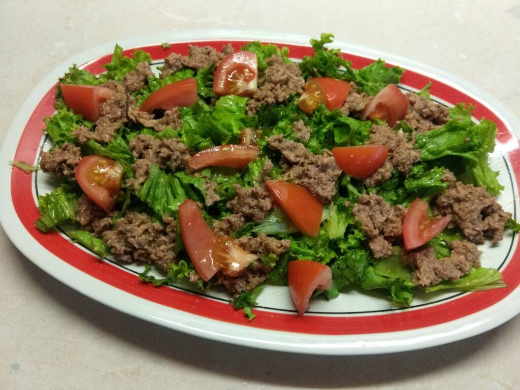 Фото рецепта - Салат с консервированным тунцом, помидорами и кукурузой - шаг 3