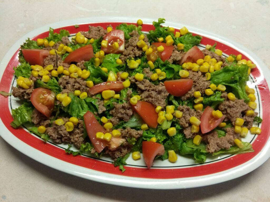 Фото рецепта - Салат с консервированным тунцом, помидорами и кукурузой - шаг 4