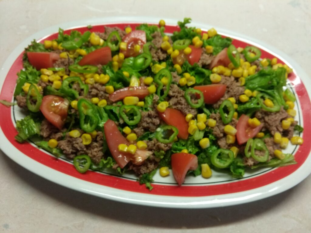 Фото рецепта - Салат с консервированным тунцом, помидорами и кукурузой - шаг 5