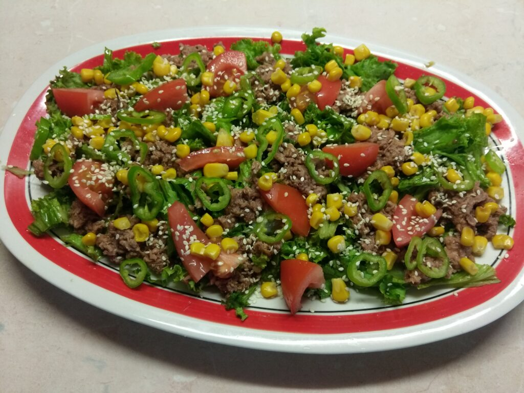 Фото рецепта - Салат с консервированным тунцом, помидорами и кукурузой - шаг 6