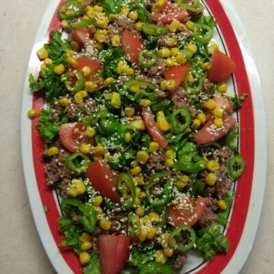 Салат с консервированным тунцом, помидорами и кукурузой - рецепт с фото