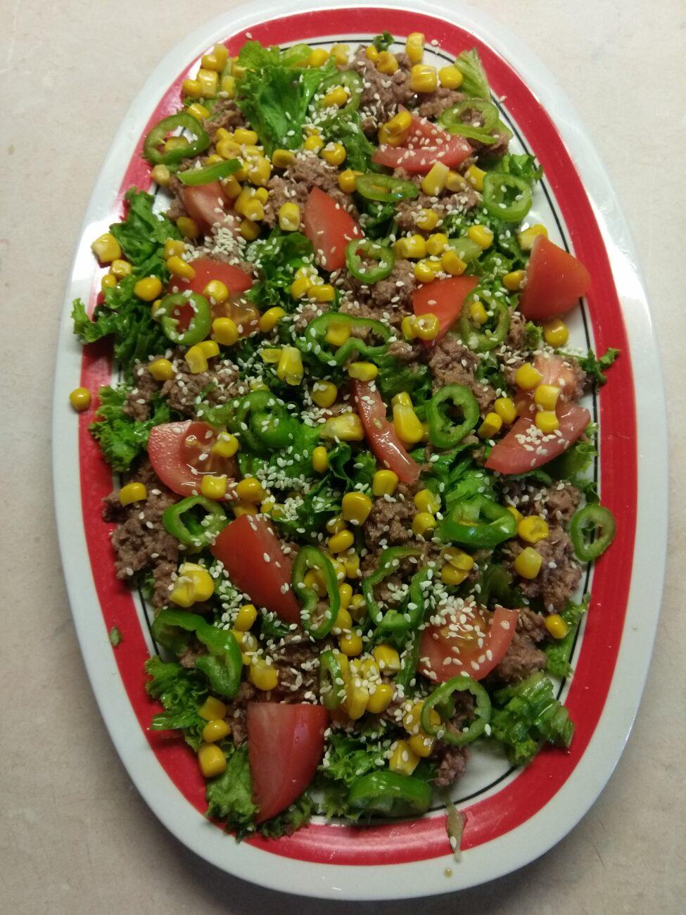 Салат с консервированным тунцом, помидорами и кукурузой