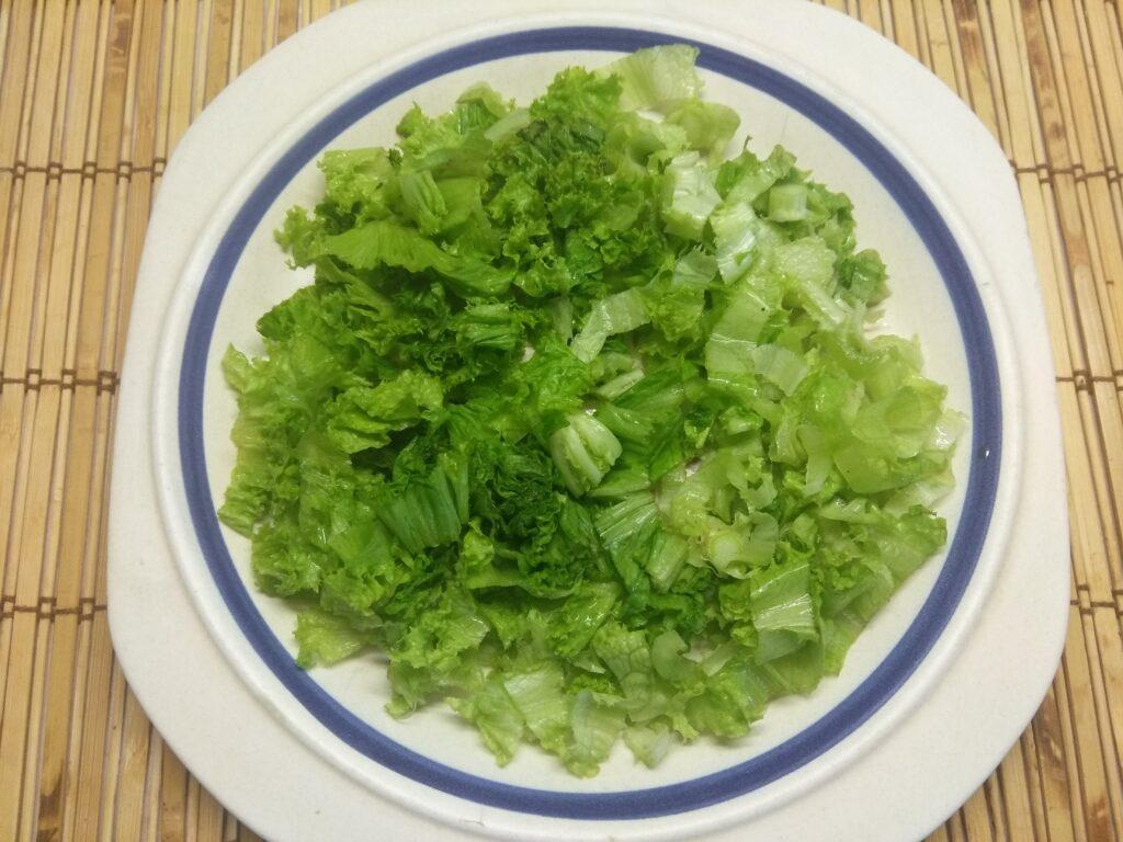 Фото рецепта - Салат с тунцом, нектаринами, огурцами и маринованным луком - шаг 2