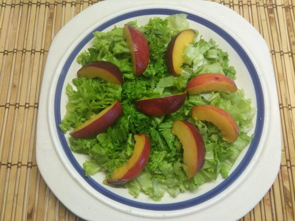 Фото рецепта - Салат с тунцом, нектаринами, огурцами и маринованным луком - шаг 3
