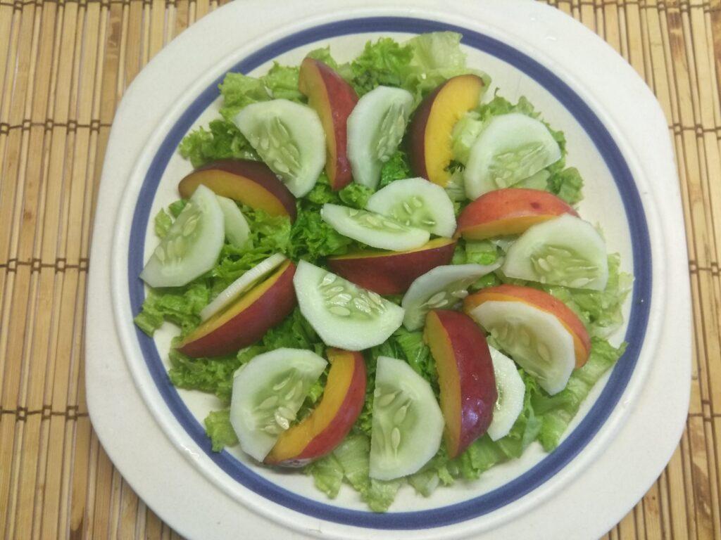 Фото рецепта - Салат с тунцом, нектаринами, огурцами и маринованным луком - шаг 4