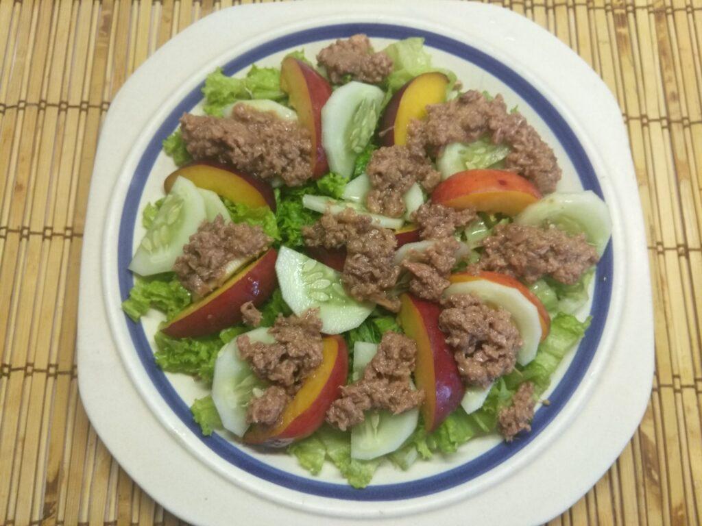 Фото рецепта - Салат с тунцом, нектаринами, огурцами и маринованным луком - шаг 5