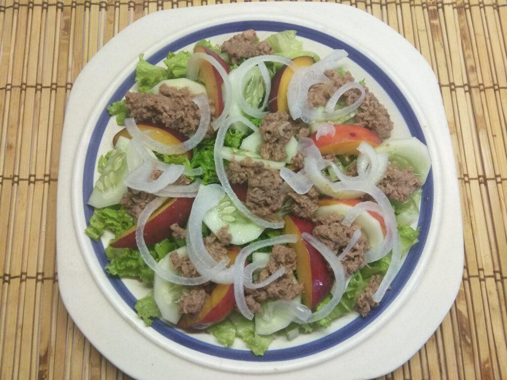 Фото рецепта - Салат с тунцом, нектаринами, огурцами и маринованным луком - шаг 6