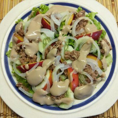 Фото рецепта - Салат с тунцом, нектаринами, огурцами и маринованным луком - шаг 7