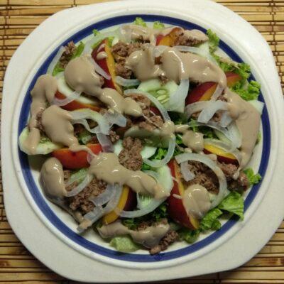 Салат с тунцом, нектаринами, огурцами и маринованным луком - рецепт с фото