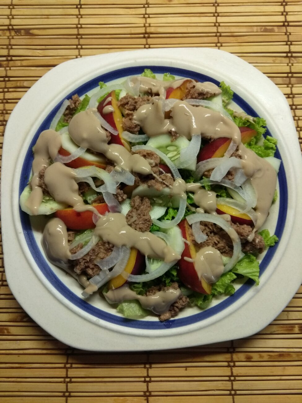 Салат с тунцом, нектаринами, огурцами и маринованным луком