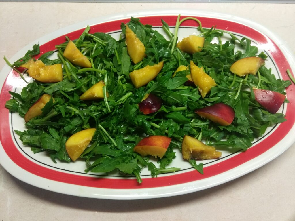 Фото рецепта - Куриный салат с помидорами и нектаринами - шаг 2