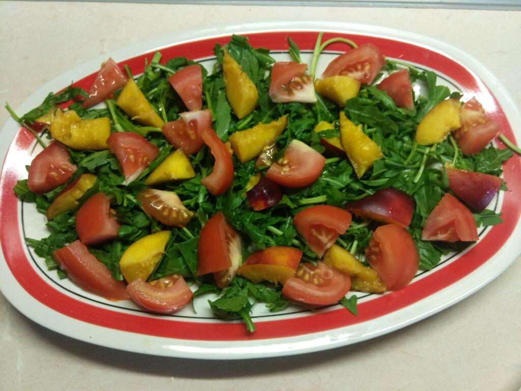 Фото рецепта - Куриный салат с помидорами и нектаринами - шаг 3