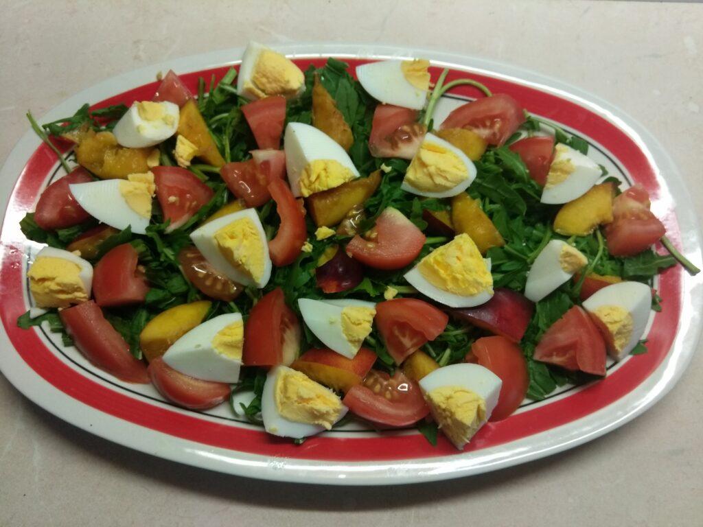 Фото рецепта - Куриный салат с помидорами и нектаринами - шаг 4
